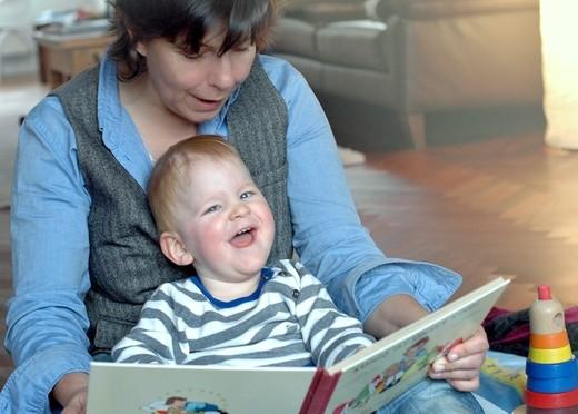 Szene mit Kind und Bilderuch aus der interdisziplinären Frühförderung