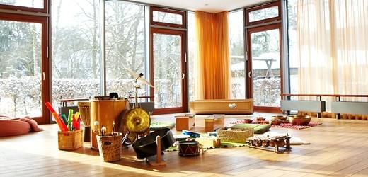 Musiktherapieraum mit zahlreichen Instrumenten