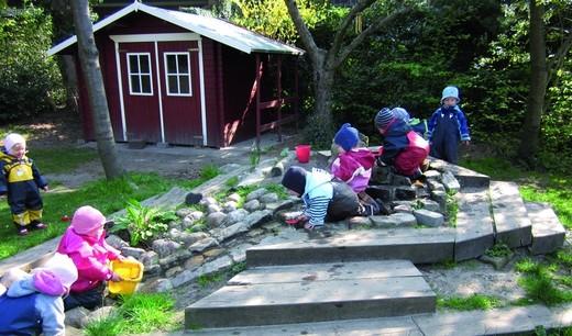 Kinderkrippe: Kinder im Garten