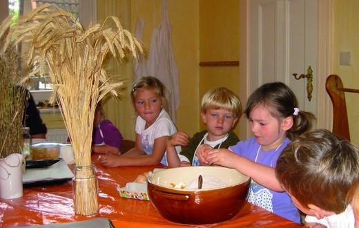 Kindergarten: Die Kindergartengruppe knetet Teig zum Backen