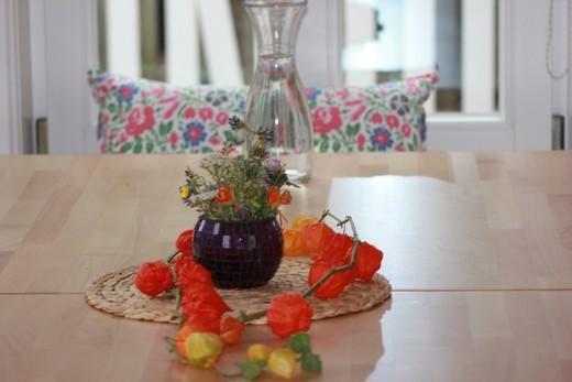 Fortbildung und Beratung: Tisch mit Blumenschmuck