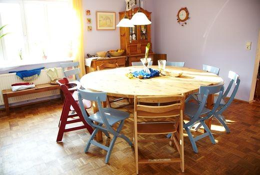 Blick auf einen Esstisch im Kinderhaus Mignon