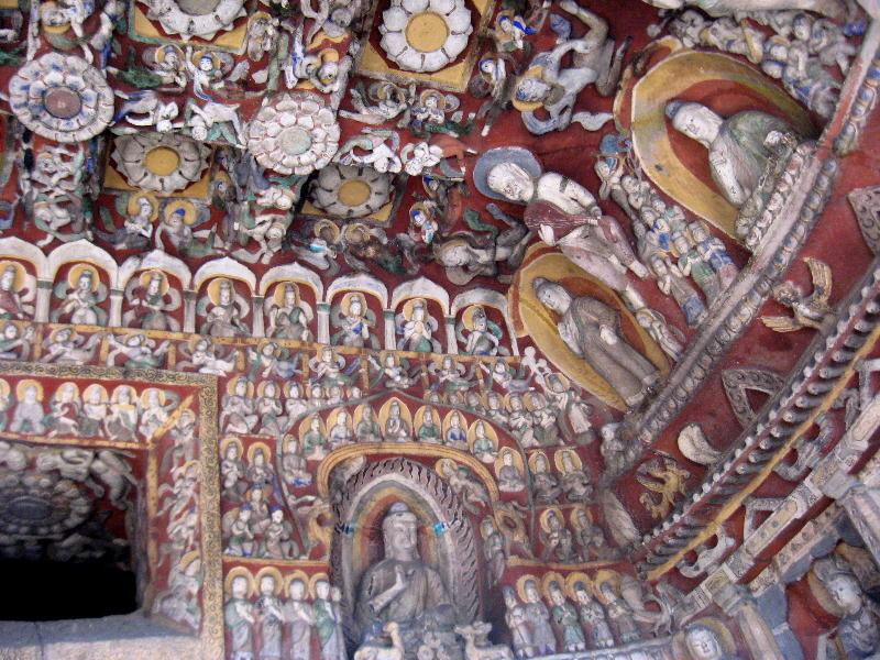 in queste grotte le sculture sono più complesse e colorate.