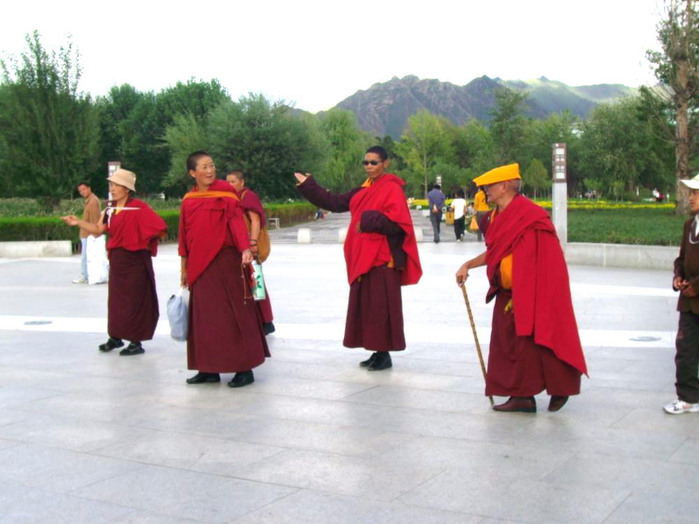 monaci pellegrini sul piazzale in fronte al Potala