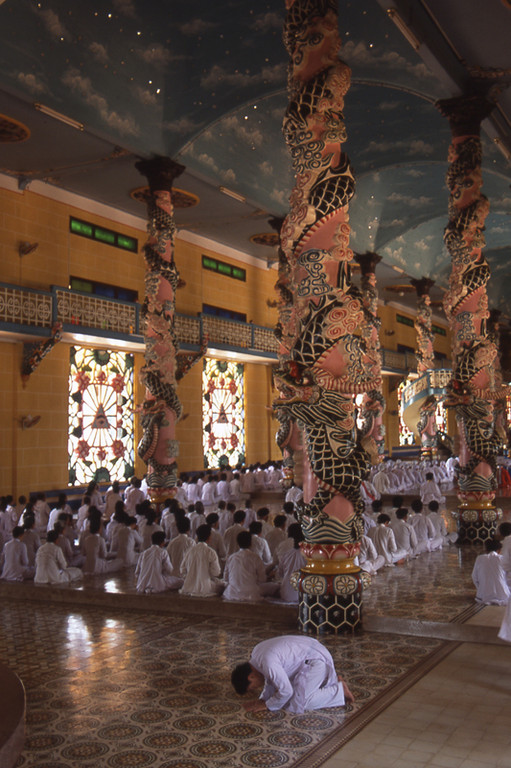 Tayninh interno tempio caodaismo