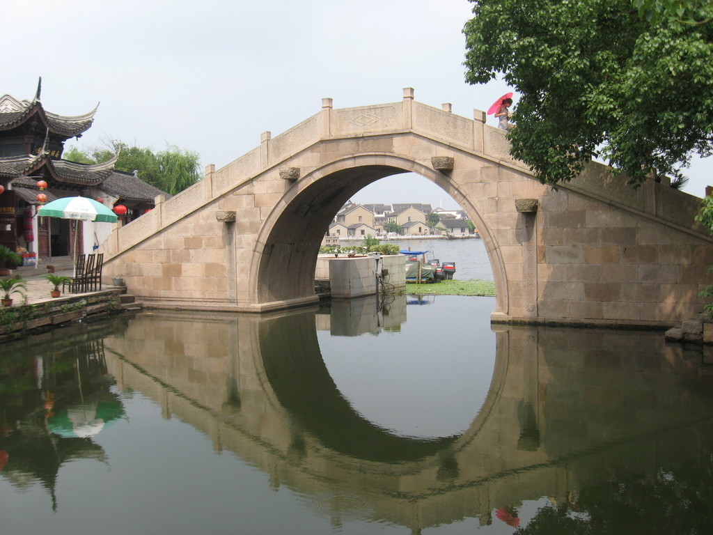 Zhouzhuang -ponte a gobba d'asino tra il canale centrale ed il lago Xi Hu
