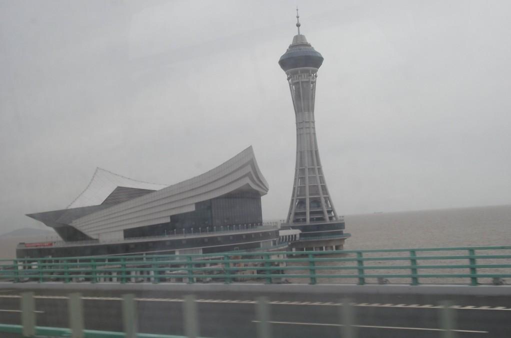 ponte di Hangzhou Bay - edificio del faro e ristorante visto dal ponte - situato a circa metà del percorso