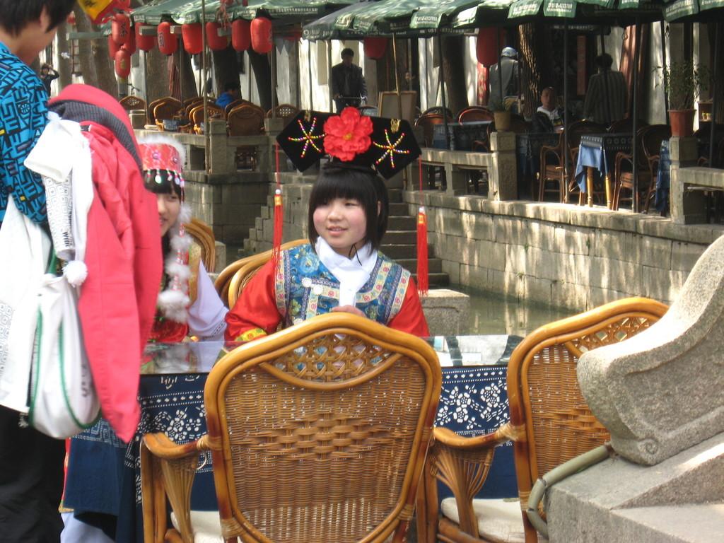 Tong li - ragazza in costume
