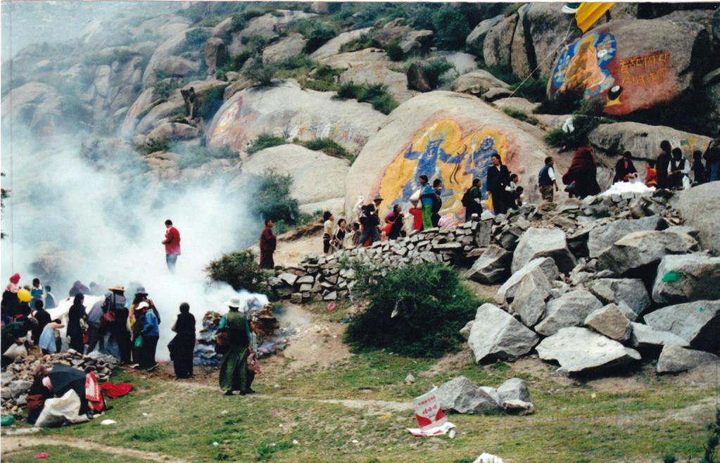 Lhasa monastero Drepung pellegrini e dipinto religioso