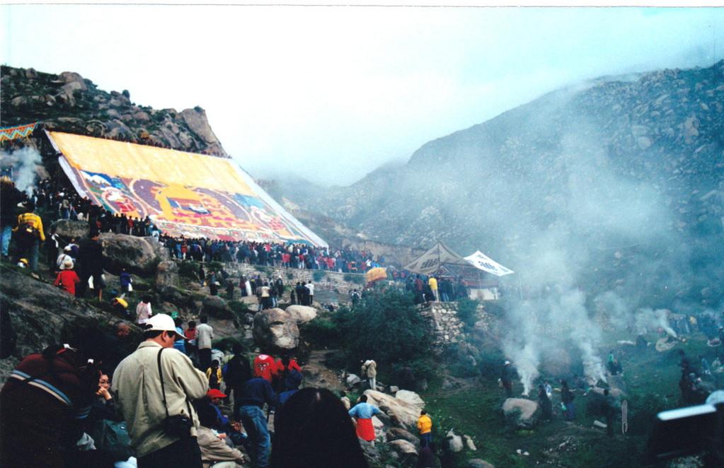 Lhasa monastero Drepung ostensione del grande Thangka pellegrini