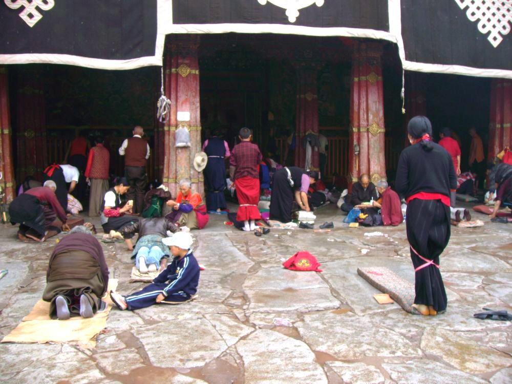 prostrazioni davanti all'ingresso del Jokang