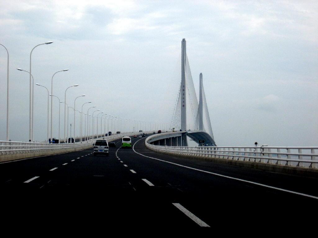ponte sospeso per l'isola lungo 10km