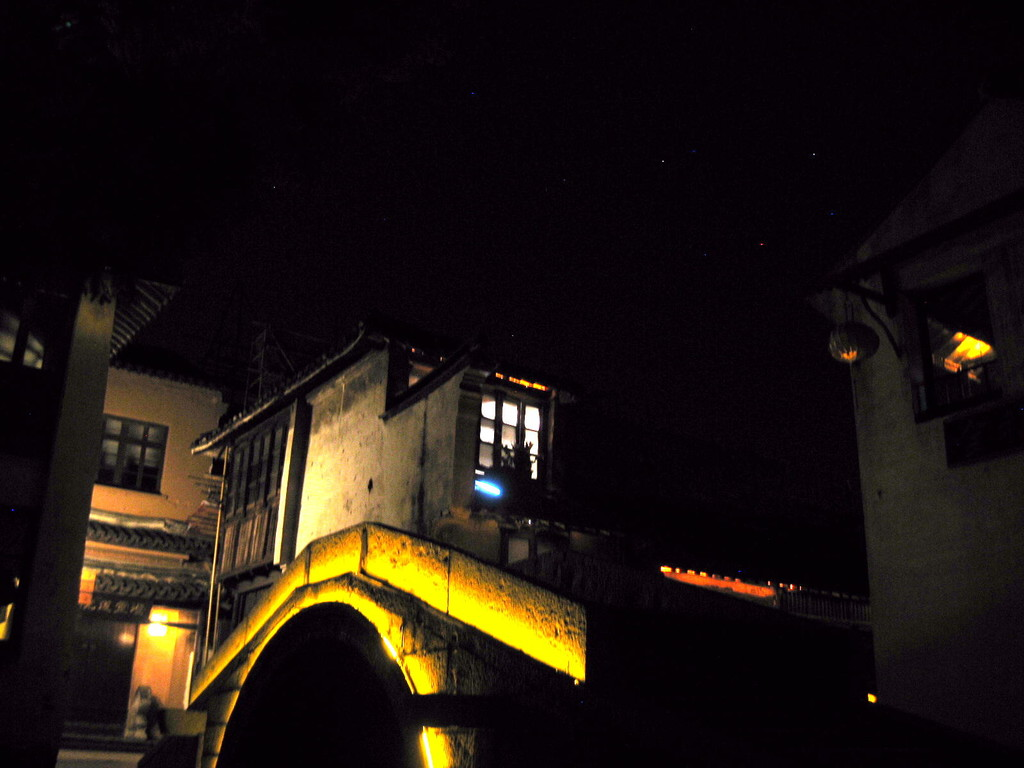 Zhouzhuang - uno dei 16 ponti illuminato