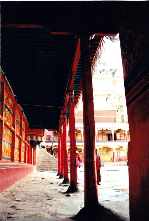 Xigatse monastero Labulenshi porticato cortile interno