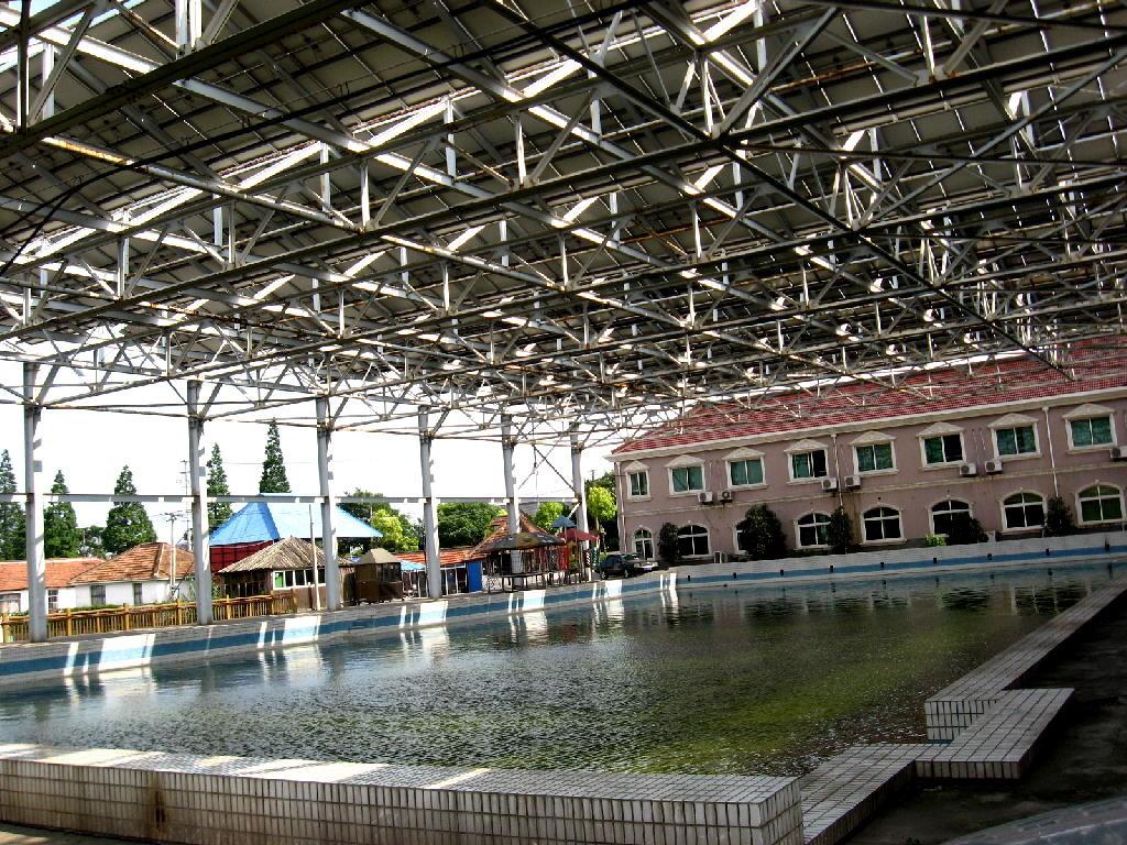 piscina con pannelli solari