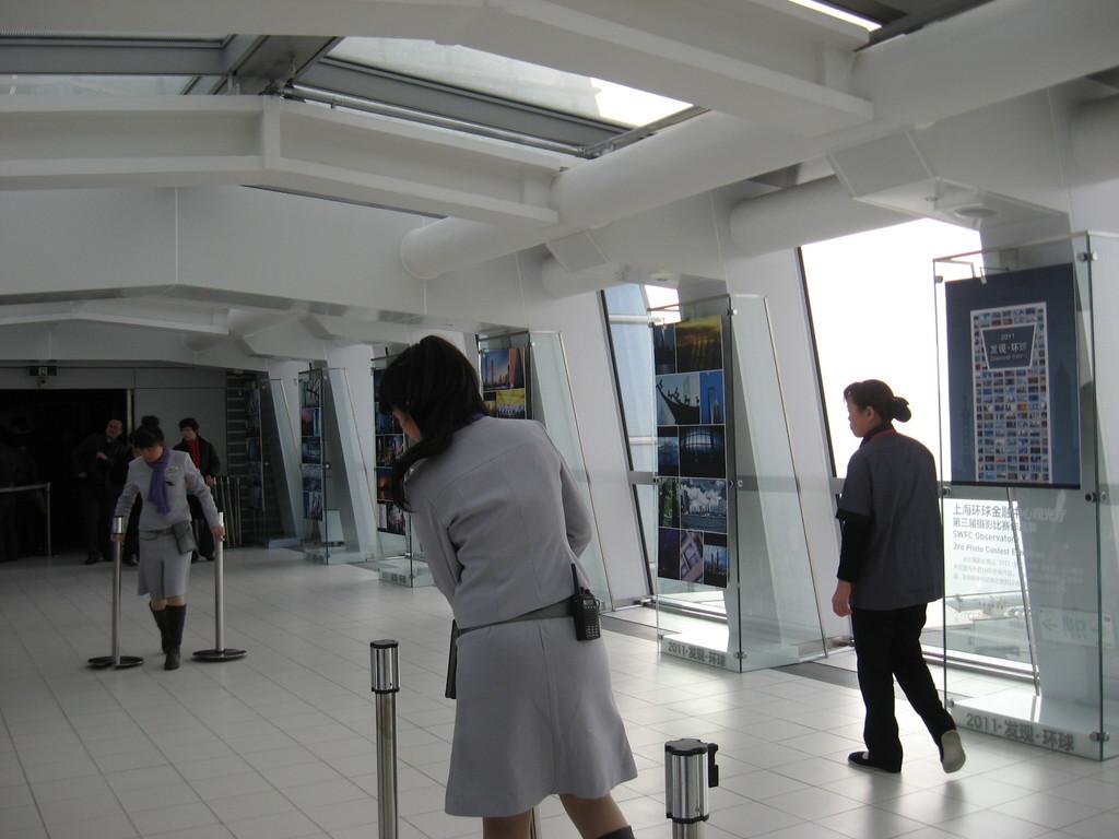 inservienti preparano per la fila all'accesso dell'ultimo ascensore