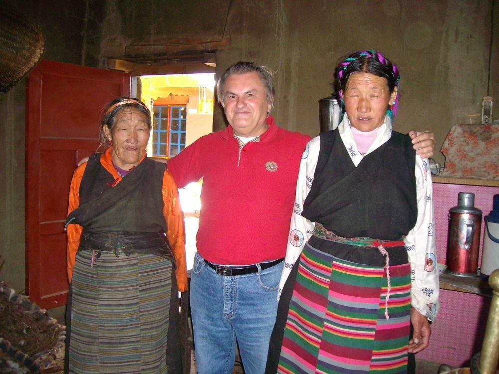 Beppe con signore della buona società tibetana
