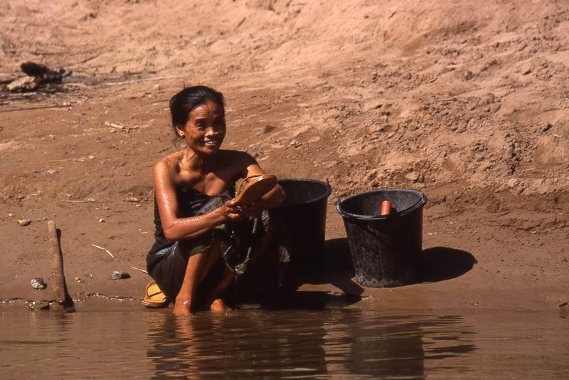 LAOS  bucato sul fiume