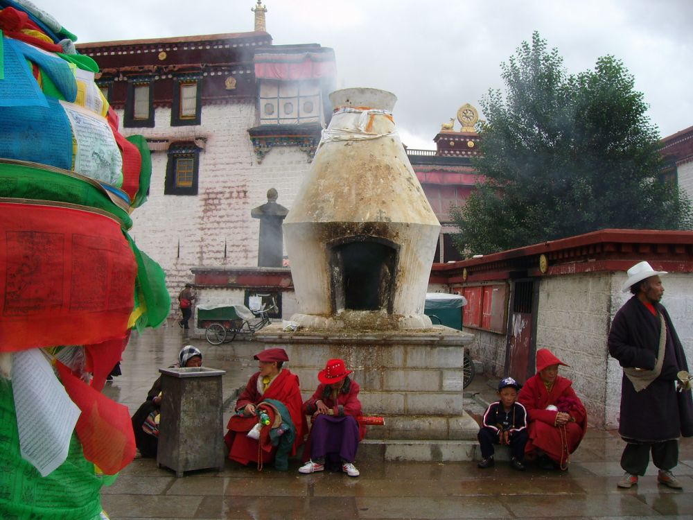 bruciaincenso in piazza del Barkhor