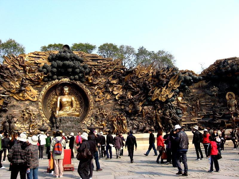 wuxi - scukltura in bronzo di Buddha e vita