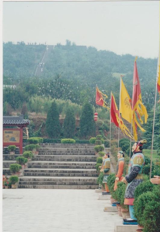 Xian - collina tomba Qinshihuangdi - scalinata
