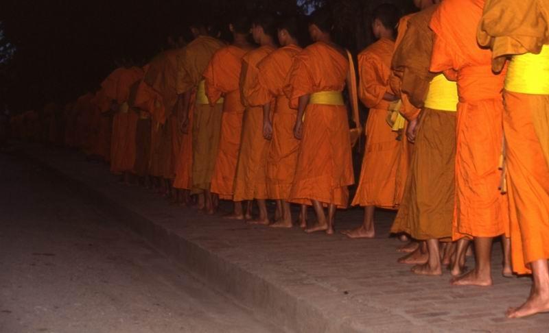 Luang Prabang monaci in questua