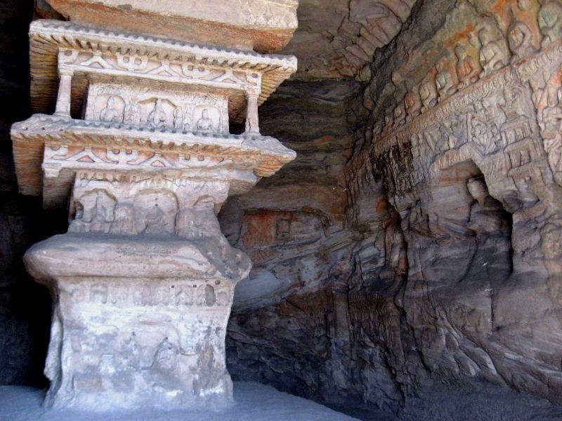 le grotte 9 e 10 furono costruite tra il 471 e 493 DC e contengono statue policrome