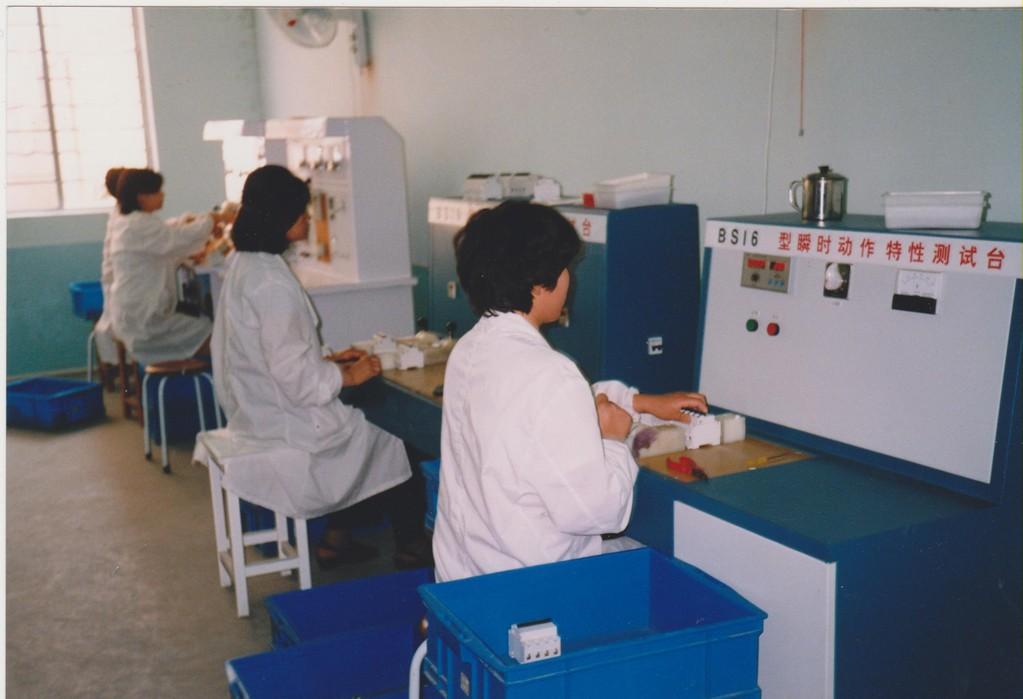 lavoro in fabbrica a Shanghai - test prodotti