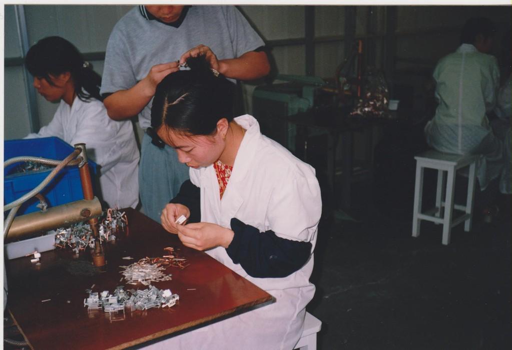 lavoro in fabbrica a Shanghai - assemblaggio manuale