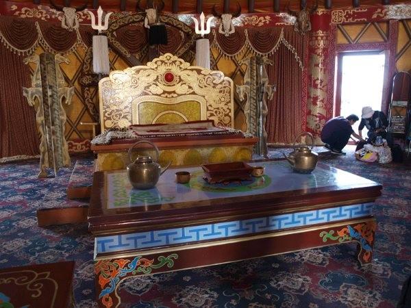 mongolia - interno carro Gengiz Khan e trono