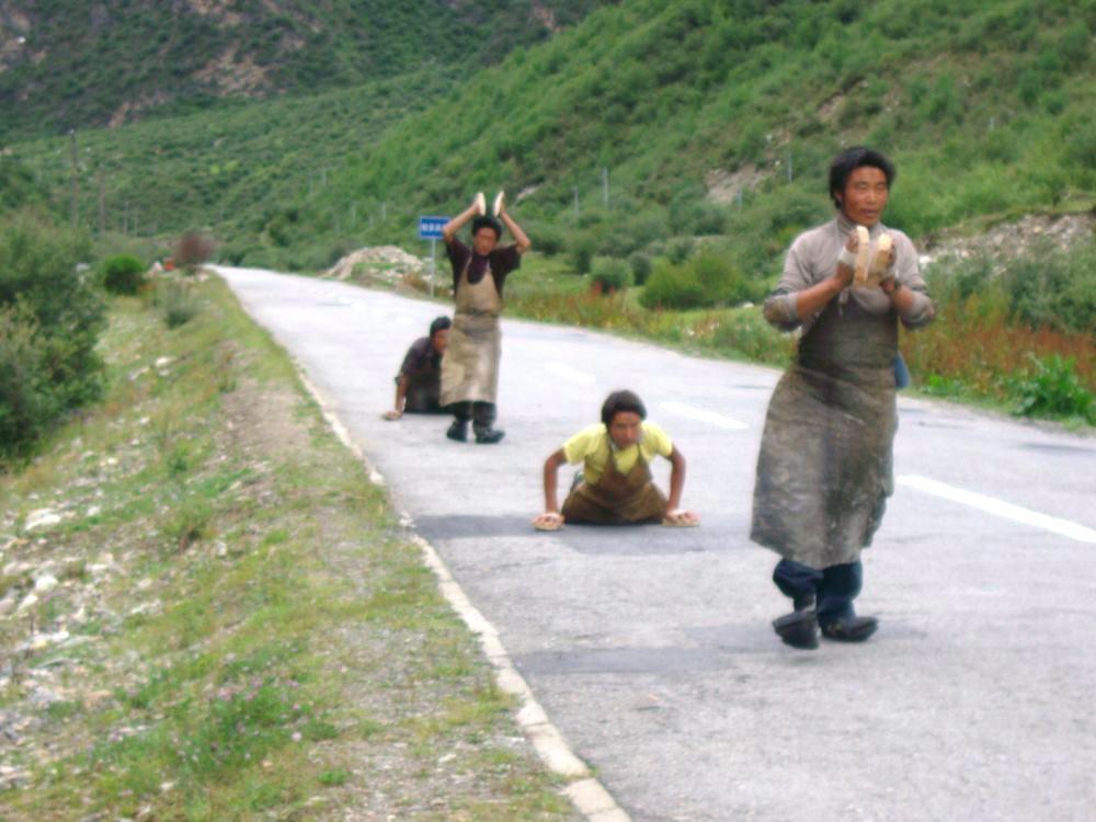 pellegrini che fanno prostrazioni nel viaggio verso Lhasa