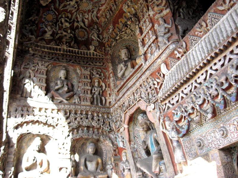 ed il Buddha trascendente, Vairocana, circondato da esseri celesti