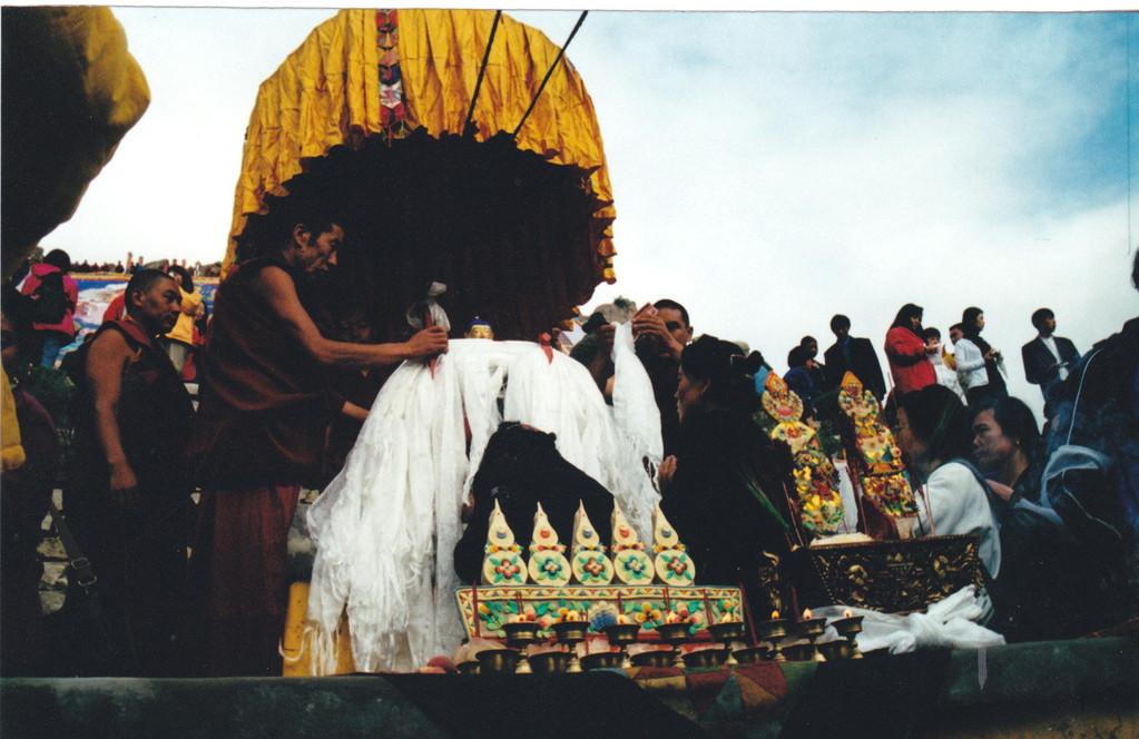 Lhasa monastero Drepung - distribuzione delle khata consacrate
