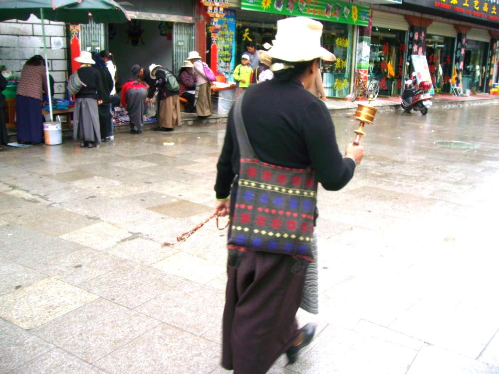 pellegrino in preghiera intorno al Jokang