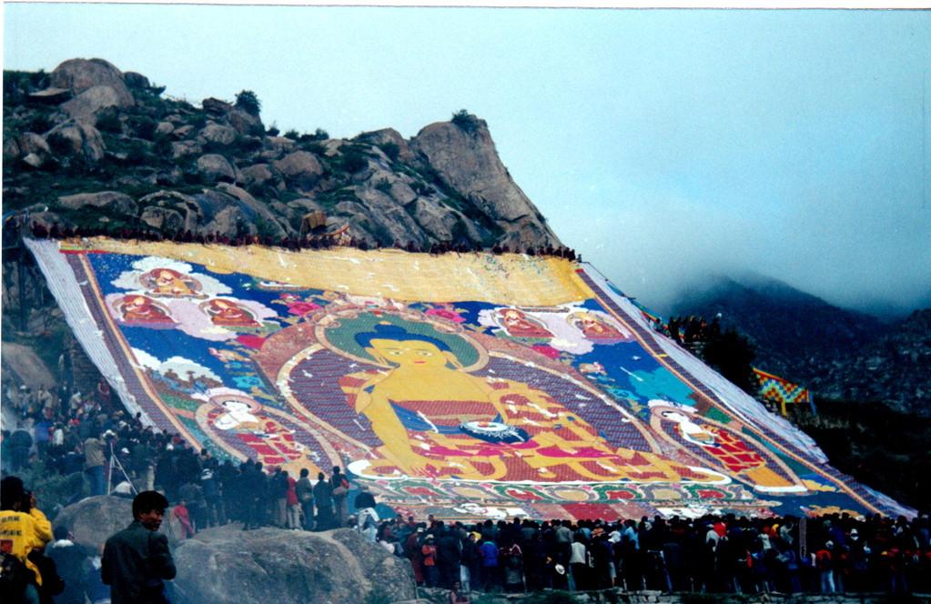 Lhasa monastero Drepung ostensione del grande Thangka tre quarti