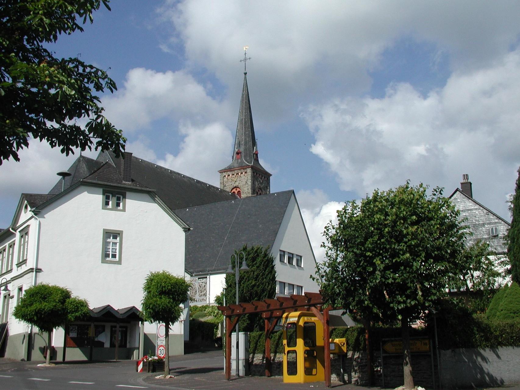 Dorfmitte mit Blick auf die Kirche