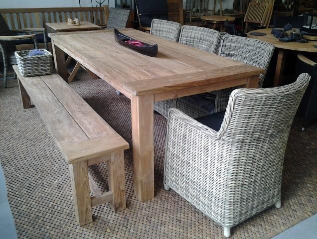 Tischgruppe mit Geflechtsesseln