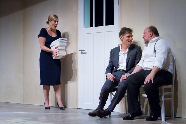 Trois acteurs de la pièce en train de jouer une scène