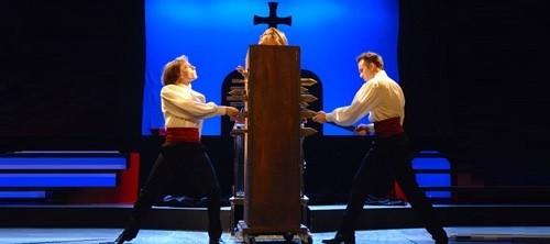 Photos d'une scène d'illusion, une boite en bois contenant une femme est transpercée part de couteaux