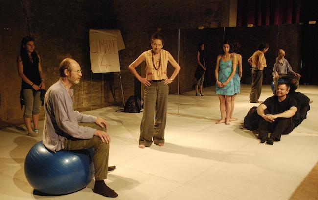 Au fil des séances de l'atelier de théâtre amateur, les tensions s'expriment. ©Elapse Au fil des séances de l'atelier de théâtre amateur, les tensions s'expriment.  Les cinq personnages de Cercle Miroir Transformation déploient tous les registres d