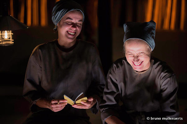 Photo de deux actrices sur scène en plein fou rire.
