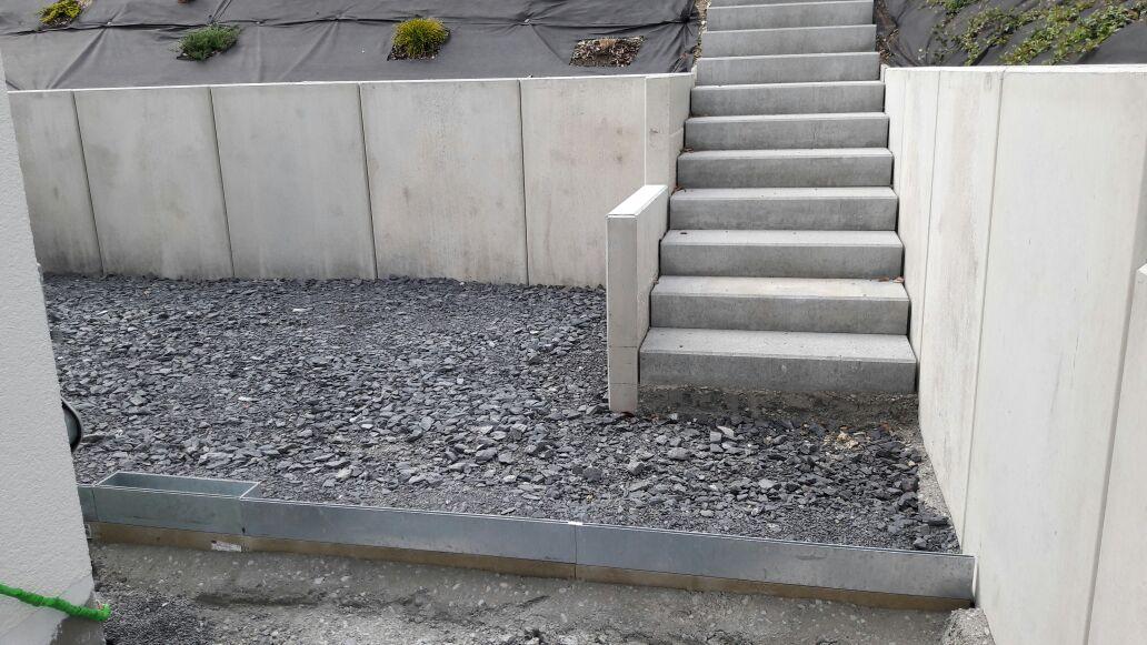 Pflasterarbeiten: setzen von Betonstufen und Mauern