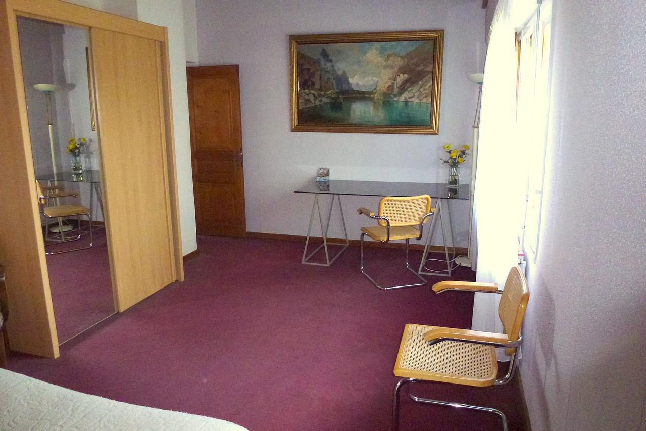 Chambre principale, armoire, bureau.