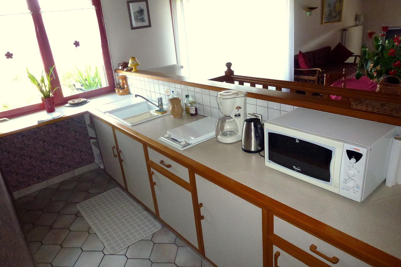Coin cuisine équipé, ustensiles et vaisselle disponibles.