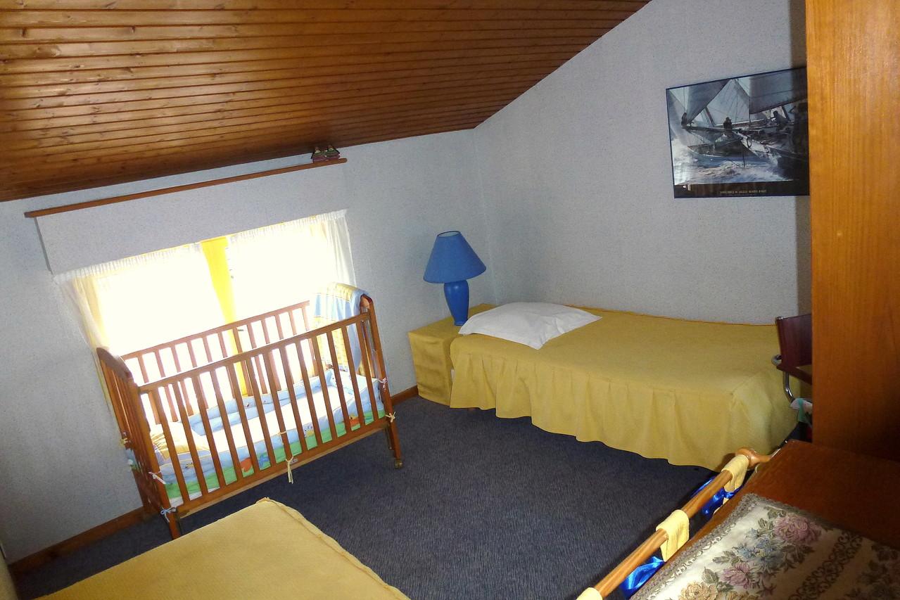 """Chambre """"Jonquille"""", possibilité d'un lit pour bébé."""