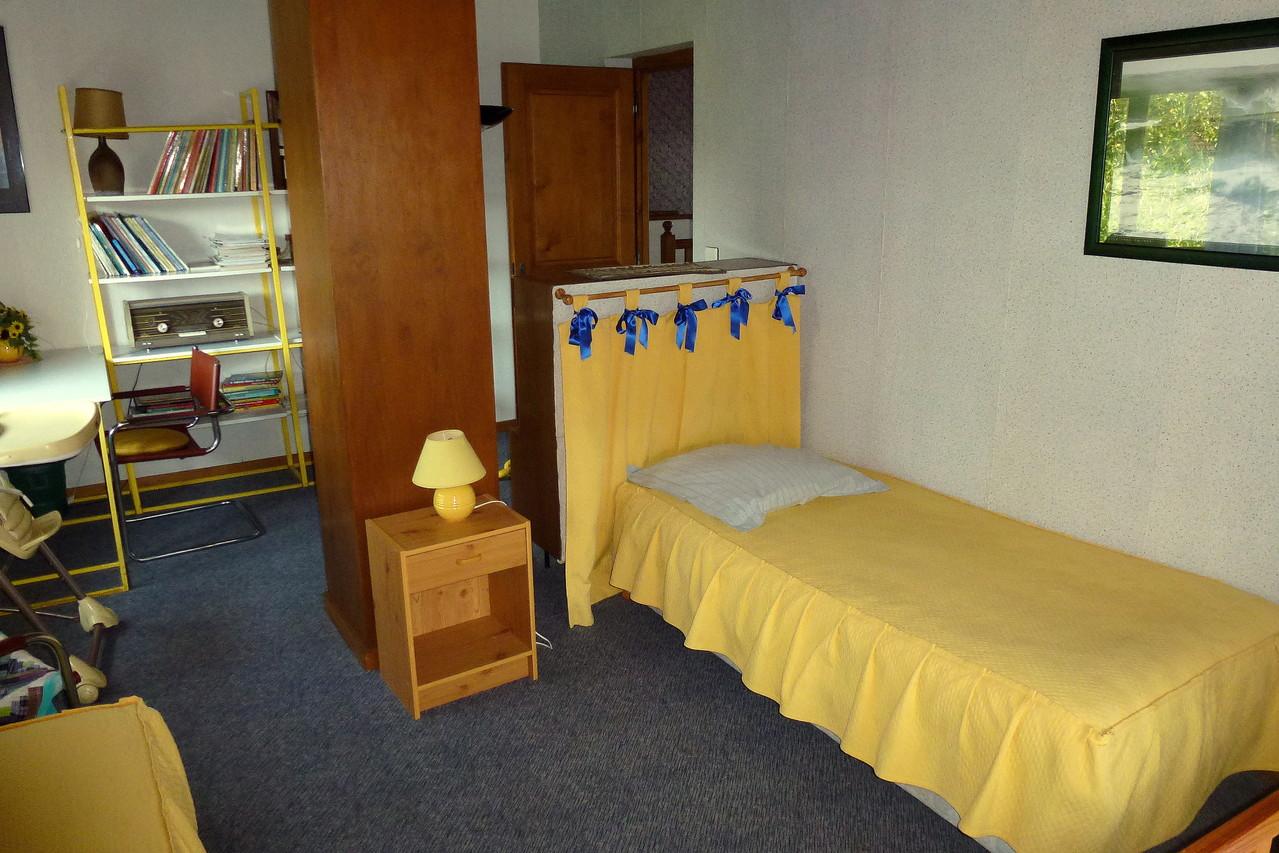 """Chambre """"Jonquille"""", 2 lits de 90 cm, bureau-bibliothèque."""