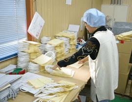 袋の検品作業