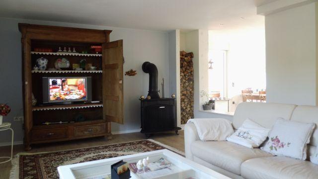 Das Wohnzimmer mit Kamin..