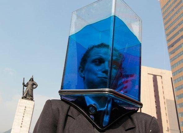 Performance-artistique-du-collectif-Waterheads-dans-les-rues-de-Séoul-Corée-du-Sud-le-6-octobre-2010.