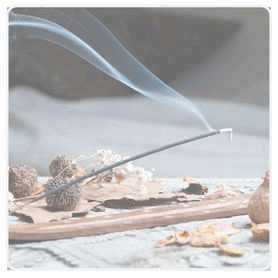 Foto Räucherstäbchen brennt auf Halter